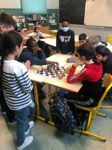 Nous apprenons  à jouer aux échecs.